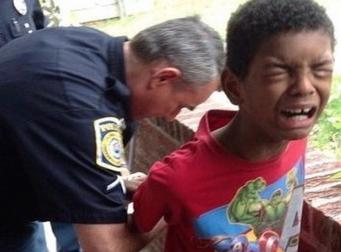 숙제를 하지 않아 경찰에 체포된 소년
