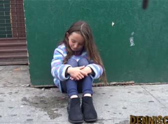 '도와주겠다' 길 잃은 소녀에게 접근한 소아성애자(동영상)