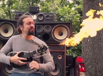 매드 맥스에 나온 화염이 방사되는 악기를 실제로 만들다(동영상)