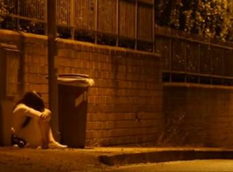 늦은 밤.. 길가에서 어린 소녀가 혼자 울고 있다 (동영상)