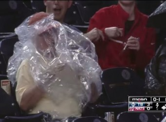 우비 입는 게 대수긴 대수지! MLB 관중석에서 고전하는 할아버지(동영상)
