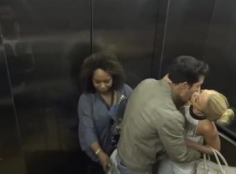 엘리베이터 안에서 키스하는 커플.. 주위의 반응은? (동영상)