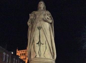 빅토리아 여왕 동상에 '음모' 그린 예술가 논란