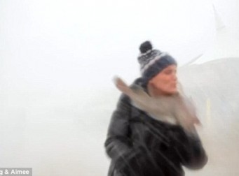 폭풍 속 동영상 촬영하다 물고기에 '철썩'(동영상)