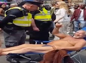 런던 시내에서 일광욕을 즐기는 남성