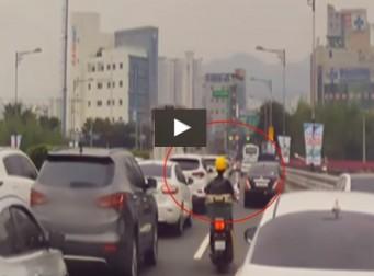 '호흡곤란' 산모 이송 중이던 구급차량의 진로 확보 도운 오토바이의 정체 (동영상)