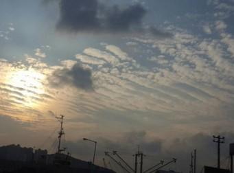 이미 하늘은 재앙을 예고했었다. 며칠 전 부산에서 포착된 지진운