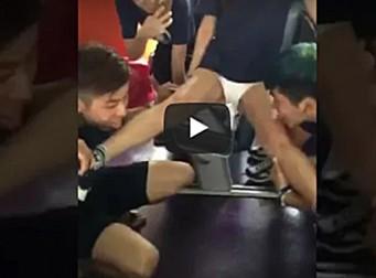 여학생의 다리를 '혀'로 핥는 신입생 환영회(동영상)