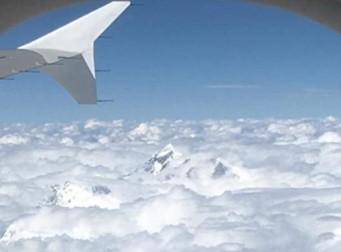 구름을 뚫고 나와 수줍은 듯한 에베레스트 산의 모습