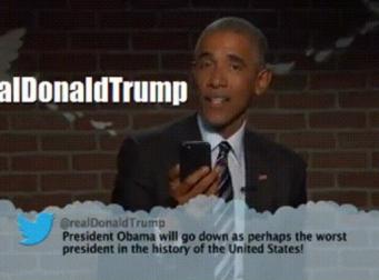 자신을 비난하는 트럼프의 트윗을 읽는 오바마