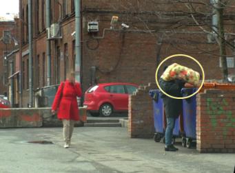 쓰레기통에 아기를 버리는 여자, 그것을 본 행인들의 반응은? (동영상)