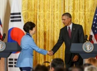 세월호 참사 애도 속 혼자 하늘색 정장 입은 박근혜 대통령, 도대체 무슨 뜻?