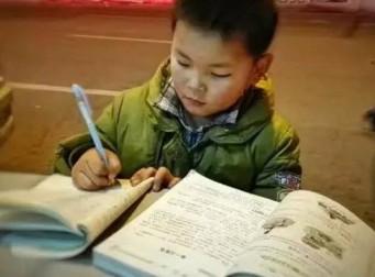 '추운 날씨도 막을 수 없는 학구열' 길거리 쓰레기통 책상 삼아 공부하는 소년