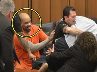 법정에서 피해자의 아버지가 달려들자 웃는 연쇄살인범