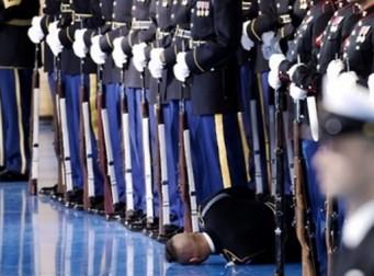 대통령 앞에서 총을 잡은 채 쓰러지는 군인의 모습