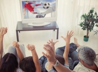 부모와 함께 TV보는 우리 아이들, 첫 성경험 시기 늦어져…