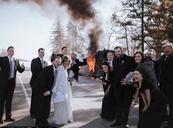 불타는 버스를 배경으로 인증샷 찍은 사람들 (사진 6장)