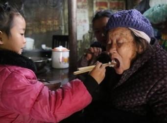 두 할머니들 혼자 부양하는 5살 소녀 (사진 11장)