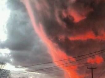 마치 분노한 얼굴 같이 보이는 붉은 구름