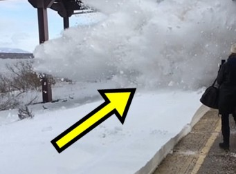 역에서 열차 기다리다가 눈벼락 맞는 승객들 (동영상)
