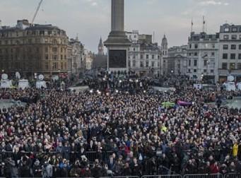 런던 테러를 추모하기 위해 광장에 모인 시민들 (사진18장)
