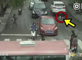 SUV에 두 차례 치이고도, 기적적으로 살아난 2살 여아 (동영상)