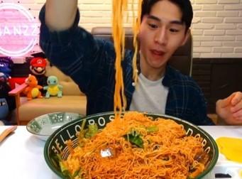 무더위를 맞아 다양한 방법으로 '비빔면 10개' 먹은 BJ 밴쯔 (동영상)