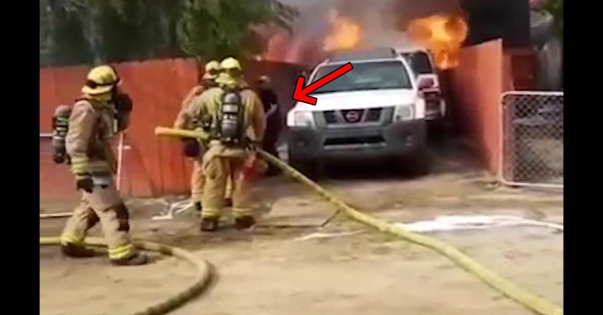 화재 현장 속 소방관 만류에도 집주인이 집 안으로 뛰어든 이유